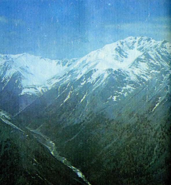 Горы Прибайкалья. Верховья долин покрыты снегом